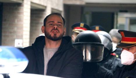 El raper Pablo Hasel conduït pels Mossos d'Esquadra al cotxe policial després de la seva detenció al Rectorat de la UdL, el 16 de febrer.