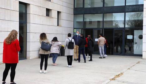 Cua ahir per al cribratge al campus de Cappont de la UdL.