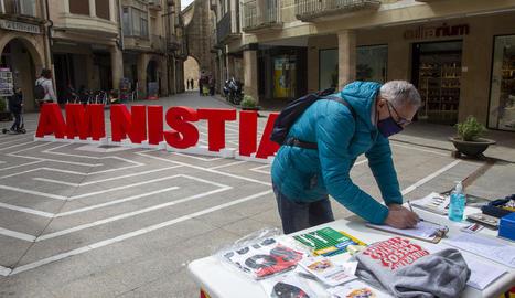 La recollida de firmes al carrer del Carme de Tàrrega.