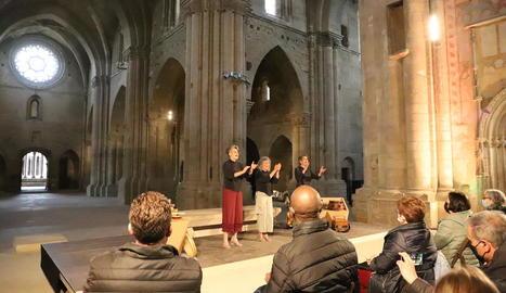D'esquerra a dreta, Montserrat Canela, Montse Nicuesa i Raquel García, a la Seu Vella.