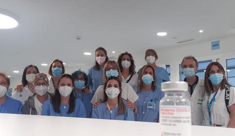 Equip voluntari de vacunació a la població a l'edifici annex al costat de l'hospital Arnau.