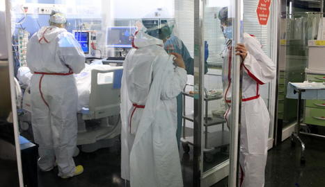 Diversos sanitaris a l'UCI de l'hospital del Mar.