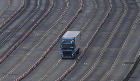 Un camió s'aproxima a un control al port britànic de Dover, al Regne Unit.