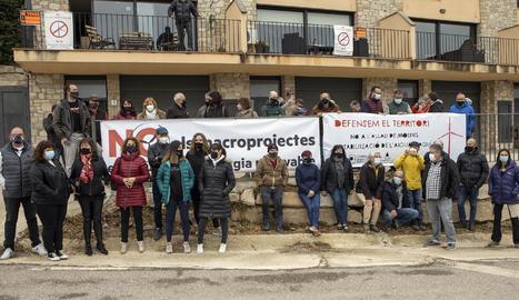 Unes setanta persones, membres d'onze entitats socials del territori, van anar a la convocatòria contra els macroparcs eòlics.