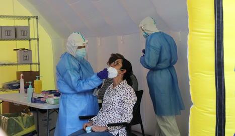 El pavelló Onze de Setembre de Lleida és un dels punts on es vacuna la població.