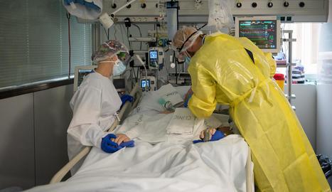 Dos sanitaris atenen un pacient amb Covid a l'UCI de l'hospital Clínic de Barcelona.