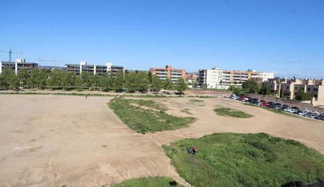 Vista general del solar del carrer Alcalde Pujol que es convertirà en un parc, ahir sense cotxes.