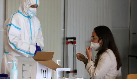 Una universitària es fa una PCR d'automostra en el cribratge de la setmana passada.