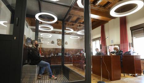 Igor el Ruso segueix el judici en una gran 'gàbia' de vidre.