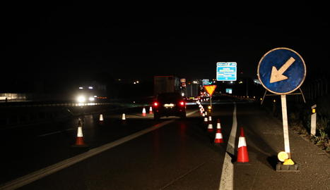 Senyals i cons desvien el trànsit al punt on s'inicien els treballs.