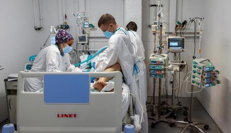 Personal sanitari de l'Hospital Parc Taulí de Sabadell treballa a l'UCI per a malalts de Covid-19.