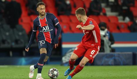 Neymar intenta superar Kimmich en una acció del partit d'ahir.