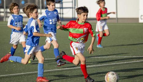 Jaume Casanovas controla la pilota en un dels seus partits amb la UE Bordeta.