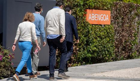 Persones accedint a la seu d'Abengoa, a Sevilla, ahir.