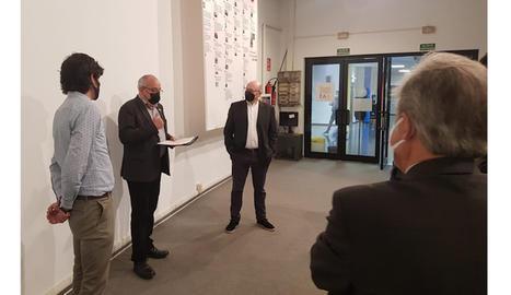 El conseller d'Educació, Josep Bargalló, durant la visita al centre d'FP Agustí Algueró.