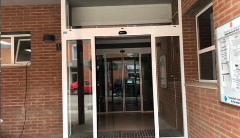 Les noves portes de vidre del consultori mèdic local.