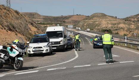 Controls de trànsit de la Guàrdia Civil per fer complir el confinament de Fraga.