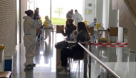 Universitàries durant el cribratge amb proves PCR al campus d'Agrònoms.