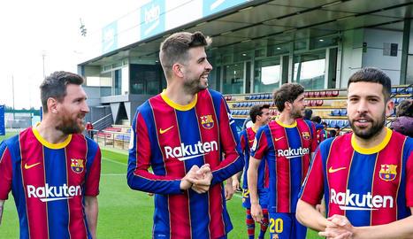 Messi, Piqué i Jordi Alba durant la sessió fotogràfica de dimarts.