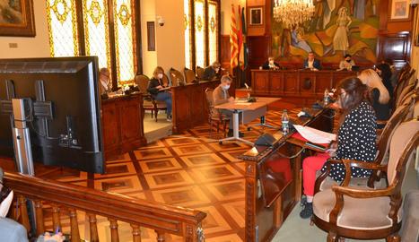 Pla obert on veuen diversos diputats participant a la sessió plenària d'abril de la Diputació de Lleida