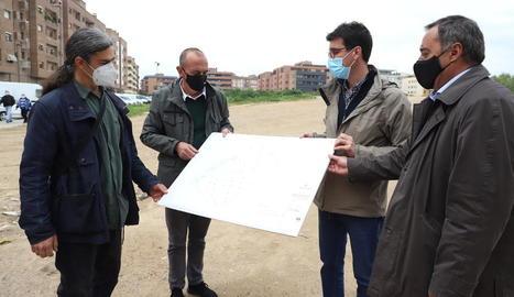 Sergi Talamonte, Miquel Pueyo, Toni Postius i Francesc Moix observen el pla del futur parc.