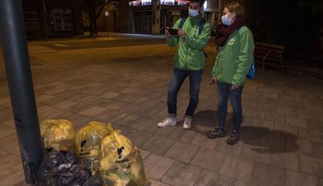 Tècnics municipals supervisen el funcionament de la recollida porta a porta a Lleida