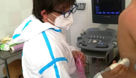 Imatge d'un professional sanitari fent una ecografia pulmonar a un pacient.