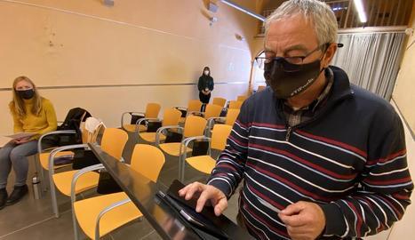 Un pagès, votant el passat 25 de març a Guissona.