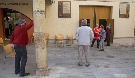 Personas esperando para ser vacunadas esta semana en Tàrrega.
