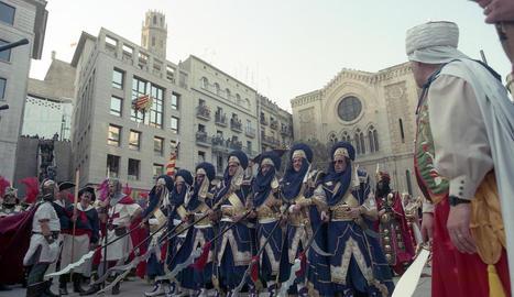 desfilada mora. La imatge és de la primera festa, l'any 1996. Una de les comparses mores desfilant a la plaça Sant Joan.
