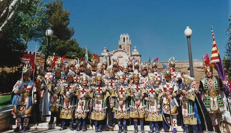 Els d'Anglesola. La comparsa dels d'Anglesola va ser creada, igual que la resta, l'any 1995 i és una de les més nombroses de la festa. La imatge correspon a la primera edició de la festa, fa vint-i-cinc anys.
