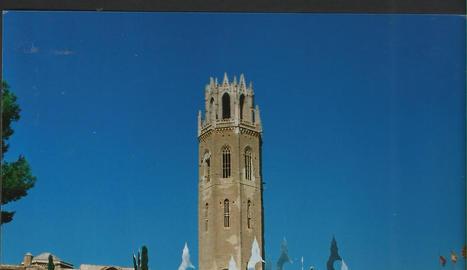 Les mores. A la imatge, la comparsa mora de les Al·leridís al peu de la Seu Vella l'any 1996, poc abans de la desfilada.