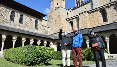 Turistes francesos al claustre de la catedral de la Seu.