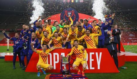 Leo Messi va compartir amb Sergio Busquets el moment d'aixecar la copa de campions davant dels seus companys, que ho van celebrar en gran.