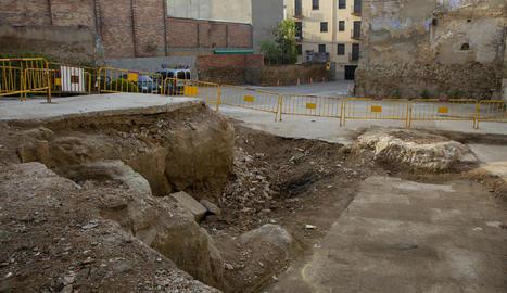 Van trobar restes arqueològiques amb la demolició de tres cases.