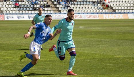 Raúl González disputa una pilota amb Michele Diana, exjugador del Lleida i ara al filial del Llevant.