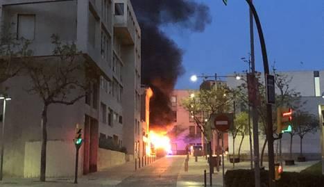 El foc del carrer Sant Crist va generar una gran columna de fum.