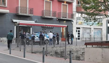 Els Mossos d'Esquadra, a la plaça Noguerola després de l'incident.