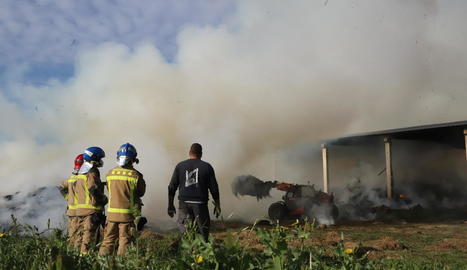 El foc va provocar una densa columna de fum.