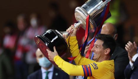 Messi aixeca la Copa i mostra alegria.