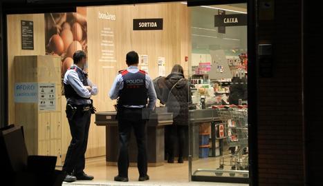 Mossos ahir a la nit a la botiga després de l'atracament