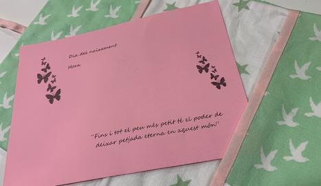 Detall d'una de les carpetes de roba promogudes per l'Àrea d'Obstetrícia de l'Arnau de Vilanova per acompanyar les famílies que han patit una pèrdua gestacional.