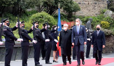 El rei Felip VI acompanyat del copríncep d'Andorra, Joan Enric Vives i del cap de Govern andorrà, Xavier Espot, arribant a la cimera Iberoamericana.