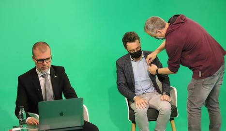 Josep Maria Cruset prepara la intervenció en la jornada, amb l'alcalde de Vila-seca, Pere Segura.