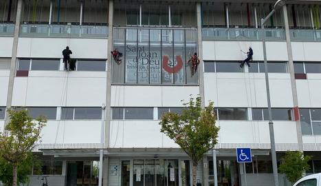 Quatre empleats d'Accés Vertical, disfressats de superherois, ahir al Sant Joan de Déu.