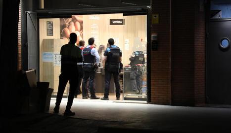 Agents de Mossos i Guàrdia Urbana dilluns després de l'atracament al supermercat de Jeroni Pujades.