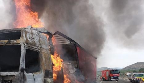 Imatge de la furgoneta calcinada a Ponts.
