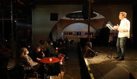 L'actor Pep Planas va oferir ahir al Cafè del Teatre de Lleida una lectura de poemes de Margarit.