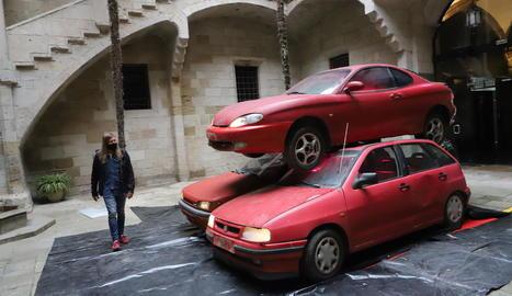 Instal·lació escultòrica 'automobilística' al pati de l'IEI
