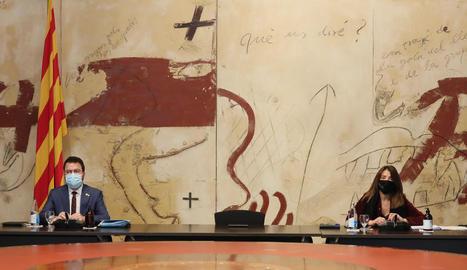Aragonès i la consellera de Presidència, Meritxell Budó, ahir, separats per la cadira buida del president.